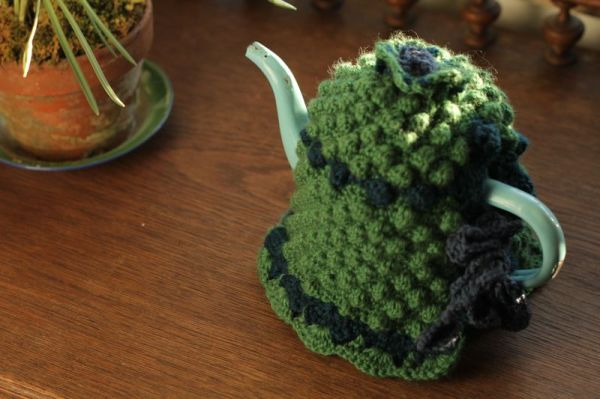 teapot cozy with raspberry stitch and shell edging
